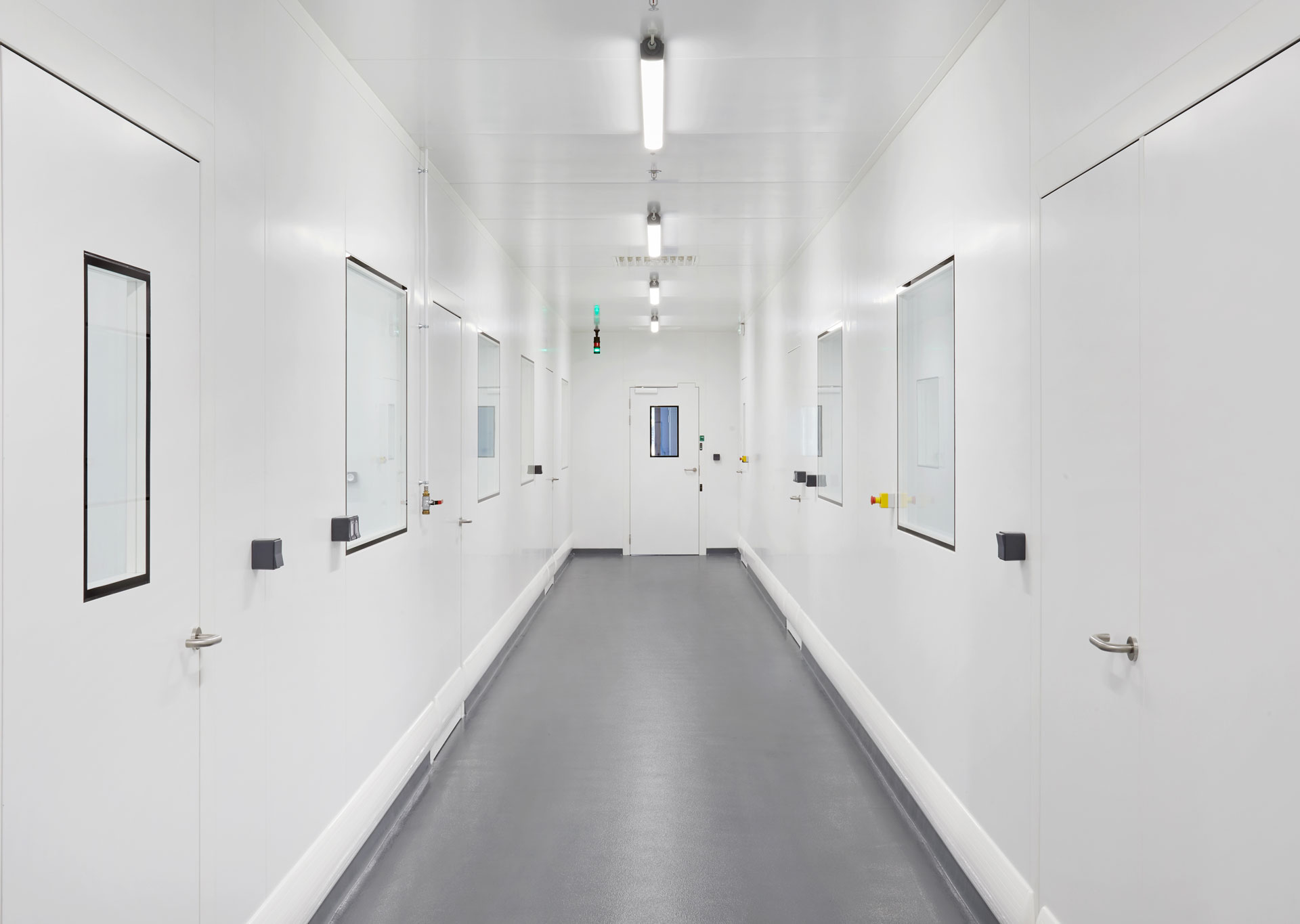 Couloir d'une salle grise dans l'agroalimentaire